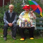 Ein Clown besucht die Bewohner im Altenheim